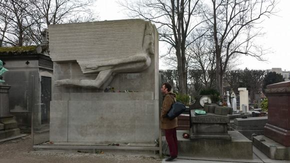 Mr O kissing Oscar Wilde's grave
